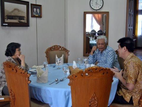 Aliuyanto Pemilik Solaria Restoran ( paling kanan) sedang berdialog dengan Rektor UGM