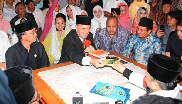 Foto:Cecar Estebon Grillion mengucapkan dua kalimat syahadat di Masjid Istiqlal, Jakarta