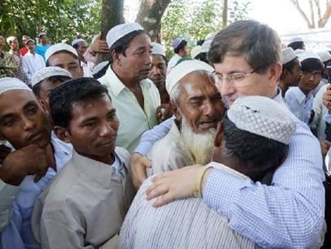 Perdana Menteri Turki bersama Warga Rohingya. Beliau memerintahkan armada laut turki jemput seluruh sisa pengungsi rohingnya untuk di bawa ke turki. Seluruh manusia kapal rohingnya yg msh terkatung di laut perbatsan thailnd, indonesia dan malaysia akn di bawa angkatan laut turki. Mashaallah.